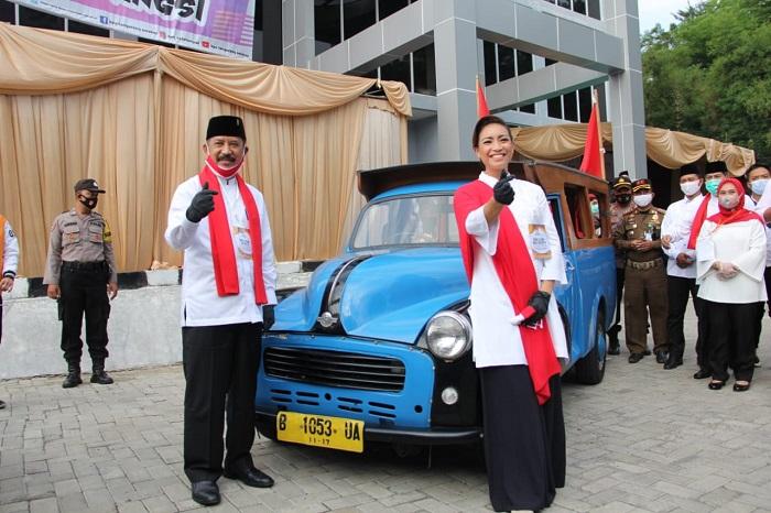 Muhamad-Saraswati Naiki Opelet si Doel ke Kantor KPUD Tangsel