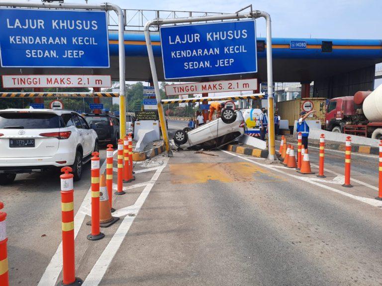 Duar! Sebuah Mobil Tabrak Gerbang Tol Cibubur