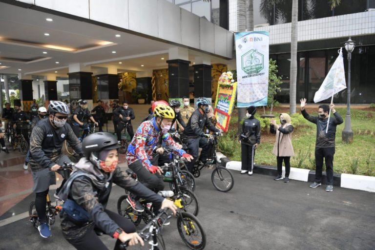 Sambut Hari Batik Nasional, Kemendes Gowes Berbatik