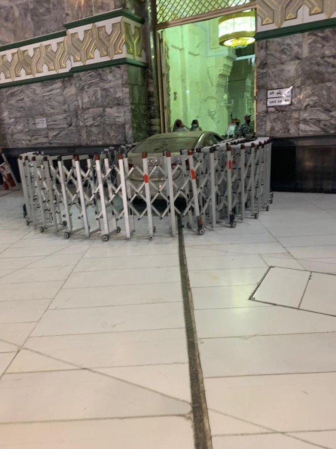 Terekam CCTV, Sebuah Mobil Nyelonong Tabrak Masjidil Haram