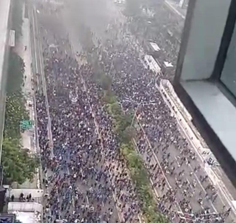 Tak Mau Pulang, Polisi Bubarkan Massa di Patung Kuda dengan Gas Air Mata