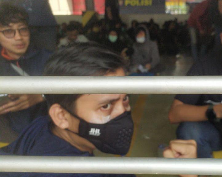 Sudah Mengaku Jurnalis, Tapi Ponco Tetap Diangkut Petugas