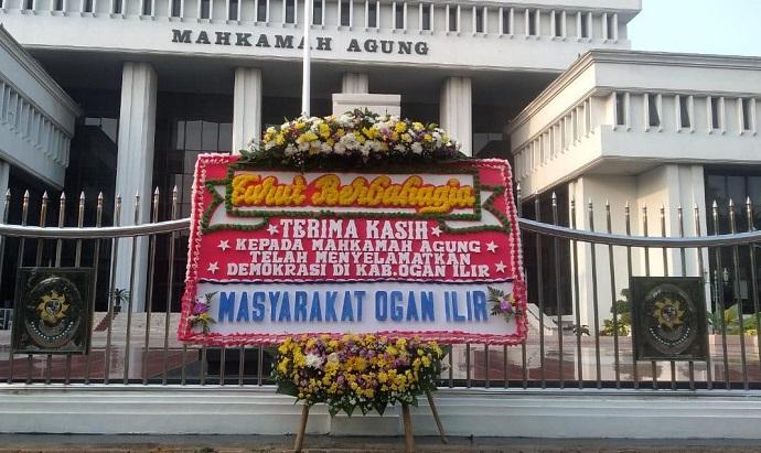 Dinilai Selamatkan Demokrasi, Mahkamah Agung Dapat Kiriman Karangan Bunga
