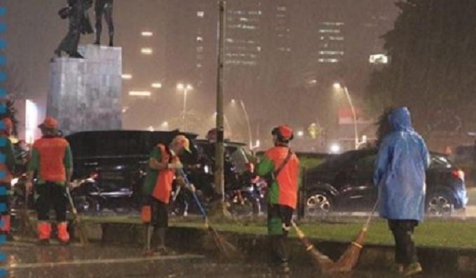 Diguyur Hujan, Anies Puji Anak Buahnya Bersihkan Sampah Pasca Demo