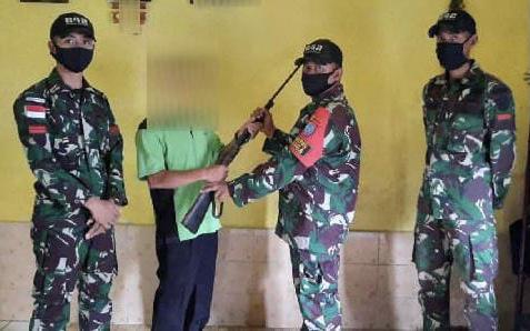 Warga Perbatasan RI-Malaysia Serahkan Senjata Ilegalnya ke TNI