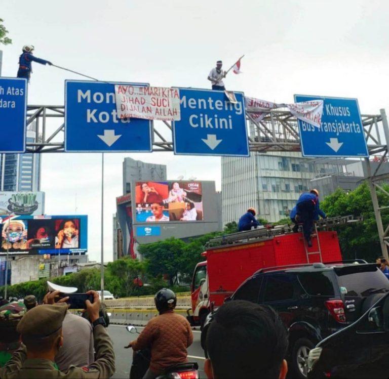 Pria Panjat Tiang Penunjuk Arah di Jalan Sudirman Hebohkan Warga Jakarta