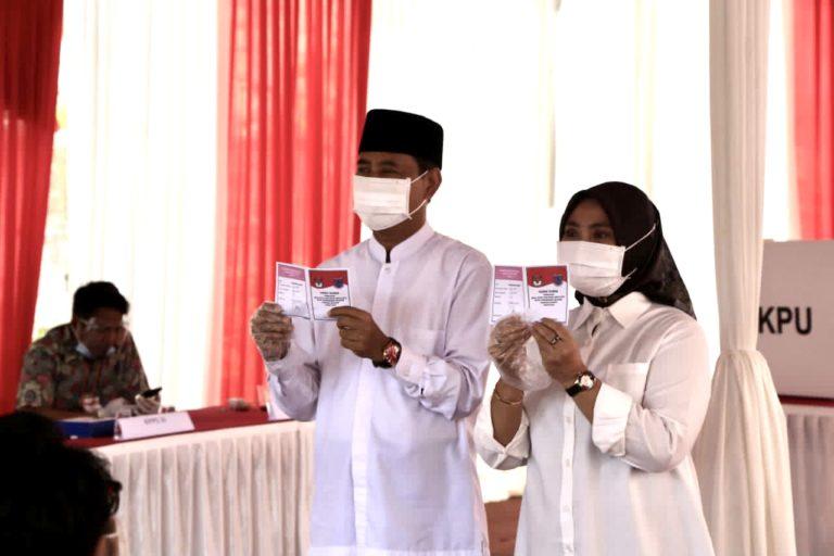 Tak Punya Hak Pilih, Saraswati Dampingi Muhamad Mencoblos di TPS 29 Ciputat