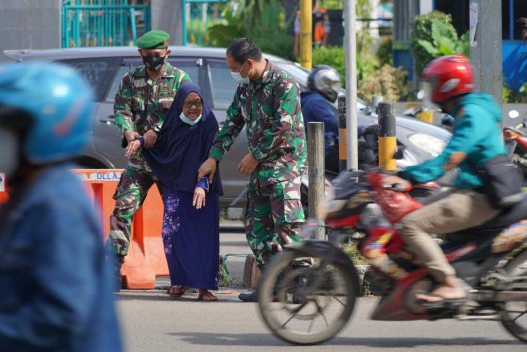 Nenek Tua Kagetkan Dua Anggota TNI