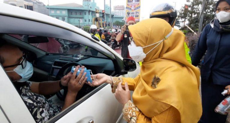 Peringati Hari Ibu, Pemkot dan Polres Metro Depok Bagi-bagi Masker