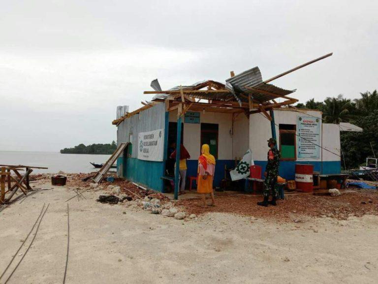 Koramil Tomia Bantu Warga Perbaiki Rumah yang Diterjang Puting Beliung