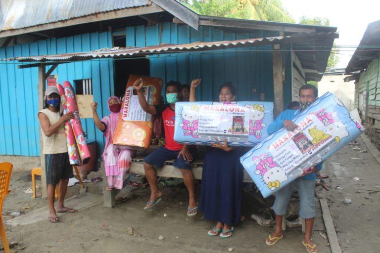 Kodam Hsn Bagikan Kasur ke Warga Korban Banjir Bandang di Sultra