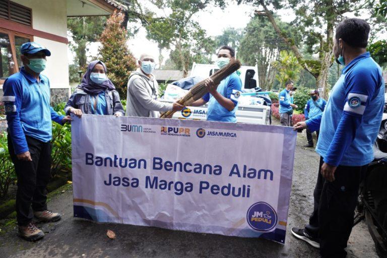 Jasa Marga Salurkan Bantuan Alat Kebersihan ke Korban Banjir Gunung Mas