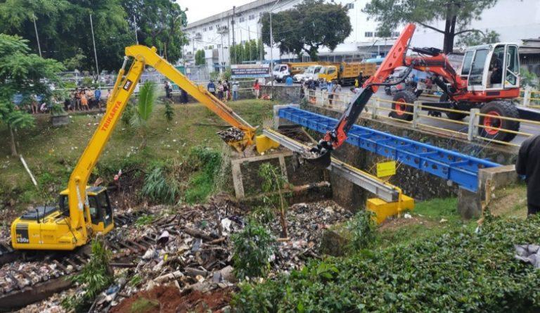 Wali Kota Depok Bongkar Penyebab 'Daratan' Sampah di Kali Baru