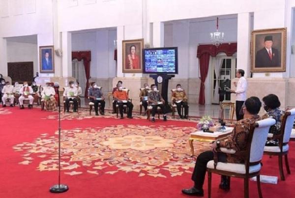 Bagi Ribuan SK Lahan, Jokowi: Jangan Telantarkan!