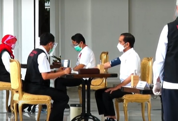 Kenakan Kemeja Putih, Jokowi Siap Divaksin Covid-19