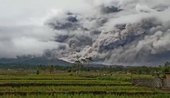 Warga Panik, Gunung Semeru Semburkan Awan Panas