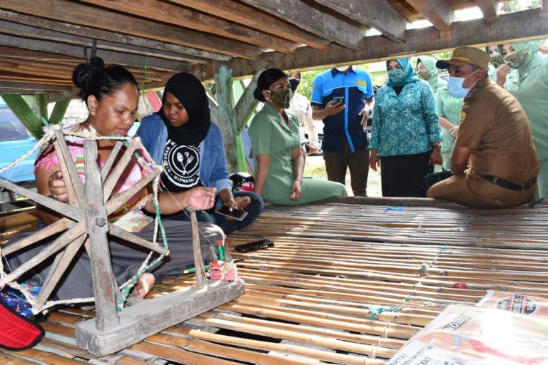 Pangdam Hsn Berikan Bantuan ke Penenun Tradisional di Buton