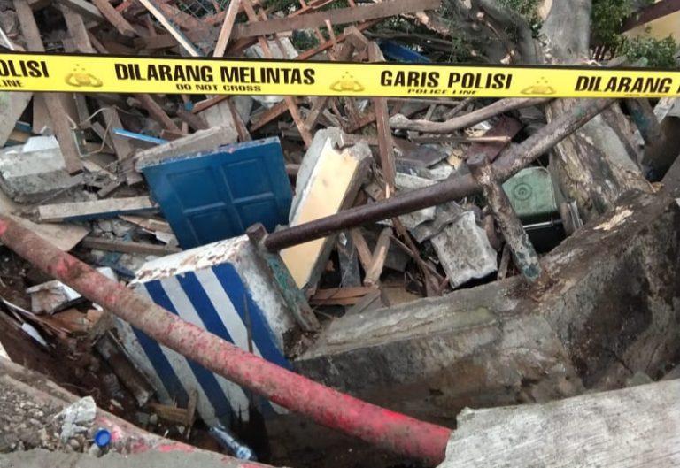 Waduh! Pos Polisi Simpangan Depok Amblas Terbawa Longsor