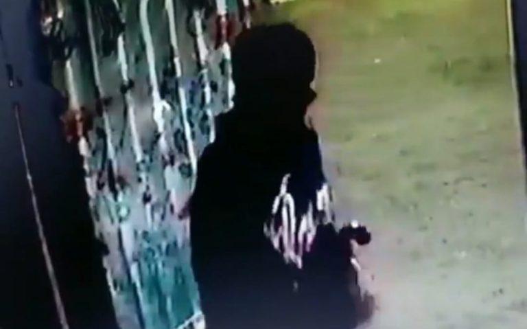 Ngeri! Aksi Maling Bersenjata Tajam Terekam CCTV