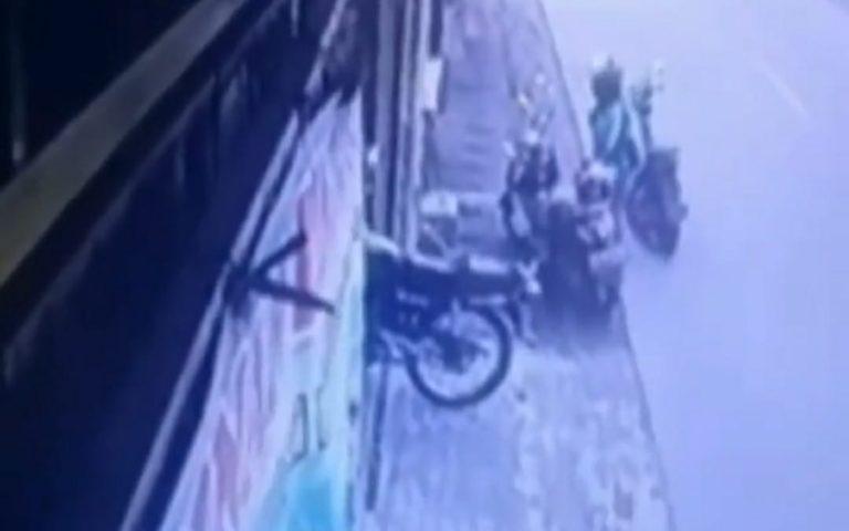 Pakai Atribut Ojol, Aksi Pencurian Helm di Depok Terekam CCTV