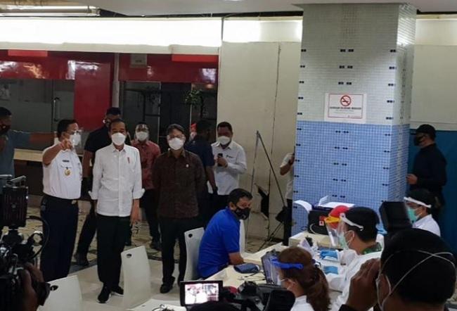 Jokowi Pantau Vaksinasi Massal Pedagang di Pasar Tanah Abang