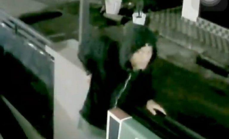Video Seorang Pria Diduga Pencuri Gagal Beraksi Viral, Warganet Sarankan Pelaku Pakai Masker