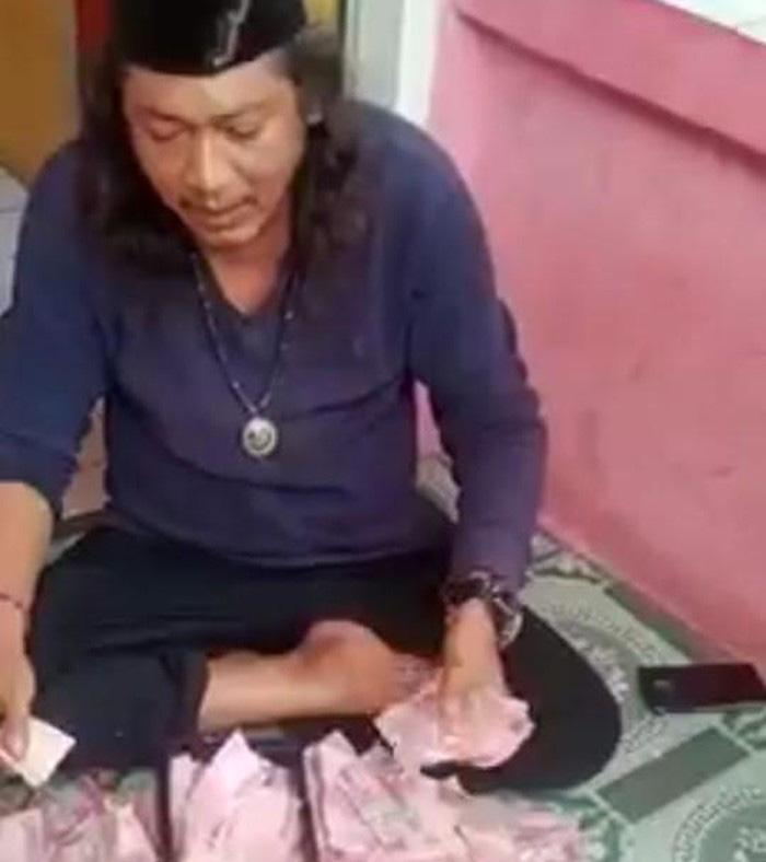 Viral, Aksi Ustad Gondrong di Bekasi Bisa Gandakan Kertas Jadi Uang
