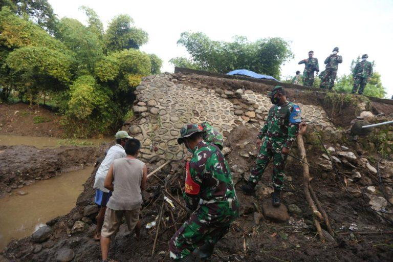 Satgas Zeni TNI AD Mulai Bangun Jembatan Terdampak Banjir di NTB