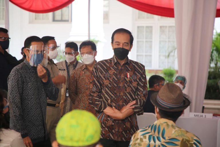 Dampingi Jokowi, Mendikbud Tinjau Vaksinasi Seniman dan Budayawan