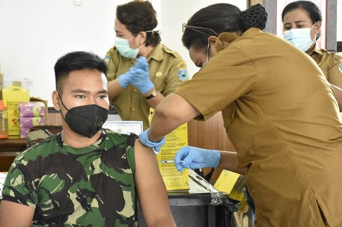 2.141 Prajurit dan PNS TNI di Papua Barat Divaksin AstraZeneca Dosis I