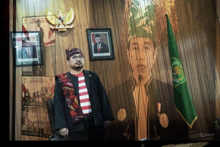 Kenakan Pesa'an di Hari Pancasila, Gus Yaqut Teladani Kegigihan Orang Madura