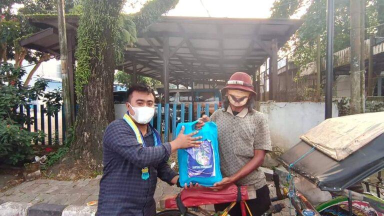PMII Lebak Bagikan 100 Paket Sembako ke Pedagang Kaki Lima dan Tukang Becak
