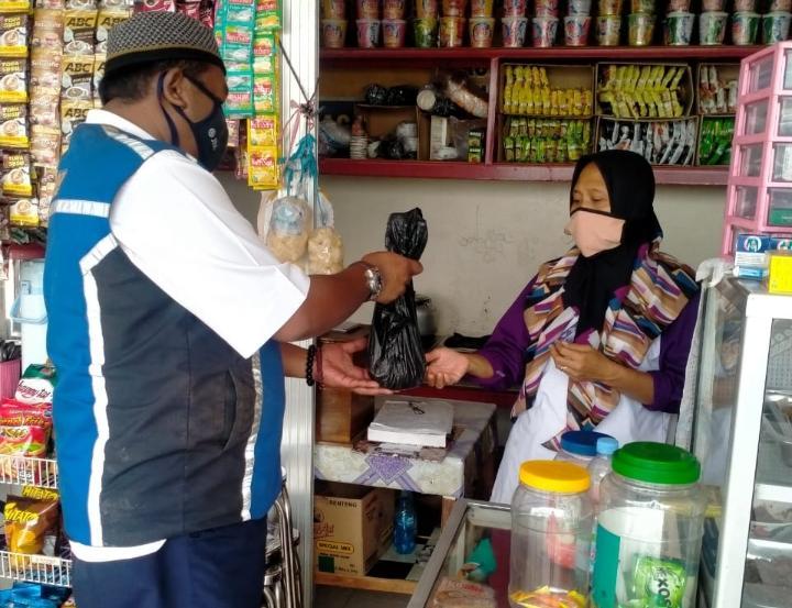 PT JSN Bagikan Daging Kurbn ke Pedagang Rest Area Tol Solo-Ngawi