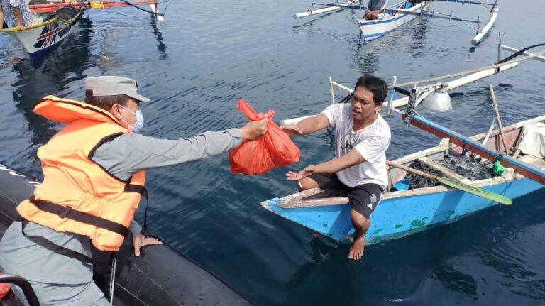 Keren! Pasukan Bakamla Sebar Bansos di Tengah Laut Manado