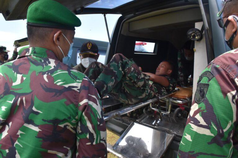 Aparat TNI Evakuasi Nakes Korban Kelompok Separatis Teroris