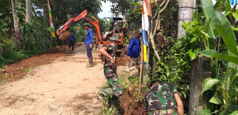 Bersama Personel TNI, Dinas PUPR Depok Normalisasi Saluran Air di Bedahan