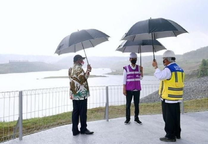 Diguyur Hujan, Jokowi Senang Bendungan Kuningan Siap Diresmikan