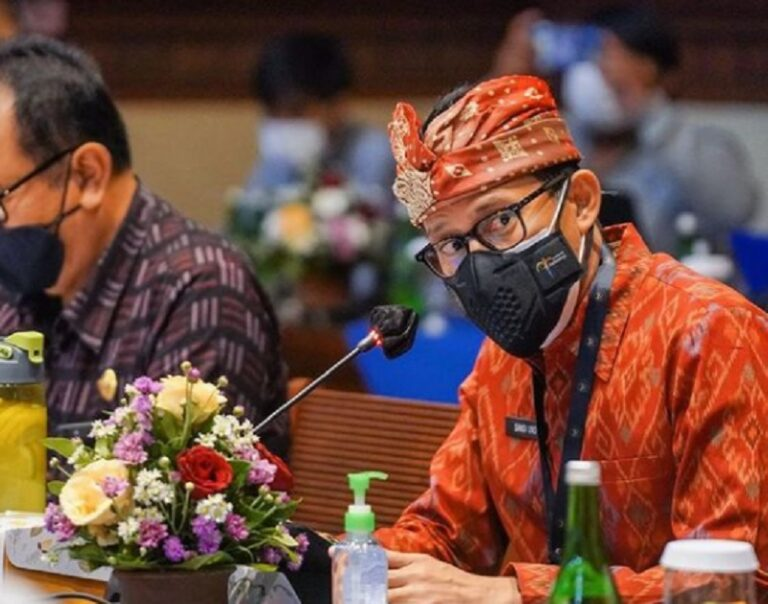 Borong Kain Tenun Gringsing, Sandiaga Ingin Hadiahi Tamu G20