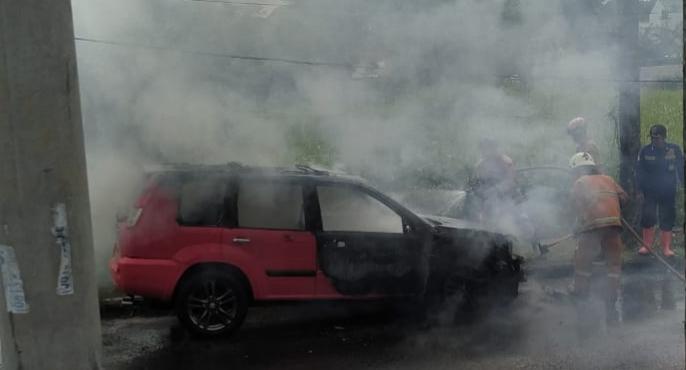 Nissan X-Trail Terbakar di Depok, Damkar Pastikan Semua Penumpang Selamat