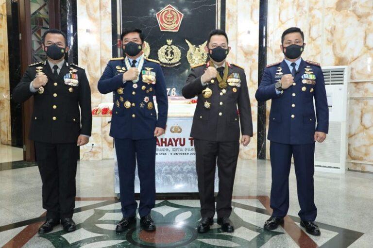 Kapolri Beri Kejutan Panglima TNI di HUT ke-76 TNI