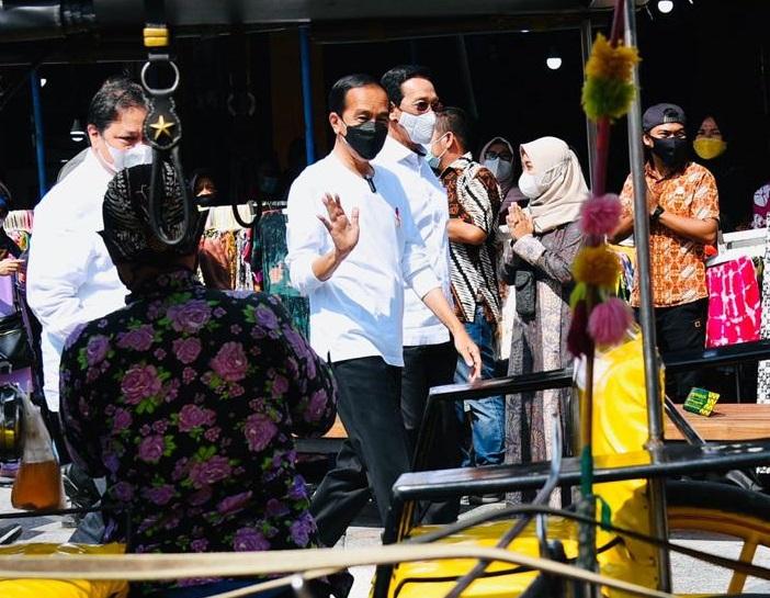 Kunjungi Malioboro, Jokowi Bagi Insentif ke PKL dan Warung